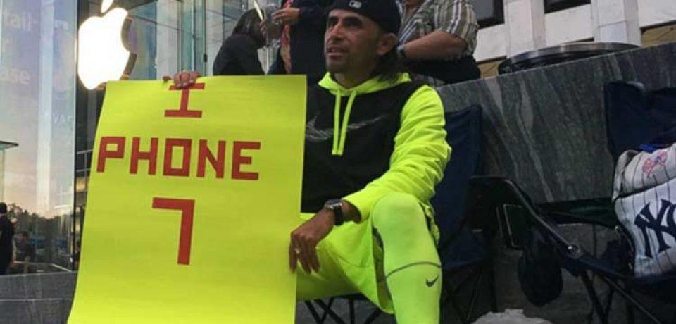 این مرد برای خرید اولین آیفون ۷ پلاس، ۲۳ روز جلوی اپل استور نیویورک انتظار کشید!